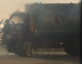 Xe chở rác bốc cháy, 3 người nhảy khỏi xe thoát thân