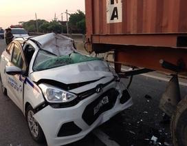 Tông vào đuôi xe container, 3 người trên taxi gặp nạn