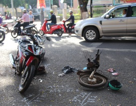 Xe máy của người phụ nữ gãy đôi sau va chạm với xe máy khác