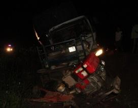 Xe tải chở phế liệu đâm xe máy cày, 5 người bị thương