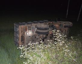 Xe tải tông xe buýt, cả 2 xe lao xuống ruộng