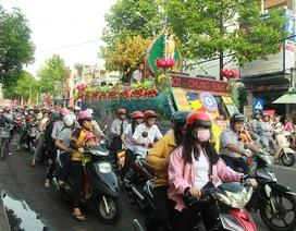 Hàng ngàn người tham gia rước Phật trên các tuyến phố