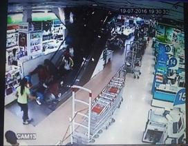 Bé trai 2 tuổi bị thang máy siêu thị cuốn bị thương