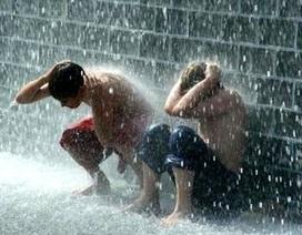 Bé 4 tuổi bị cuốn vào mương nước khi đang tắm mưa