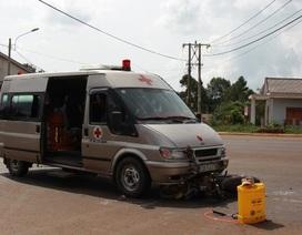 Ô tô chở quan tài tông xe máy, 2 người bị thương
