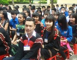 Học sinh đồng bào dân tộc xúng xính trang phục truyền thống trong lễ khai giảng