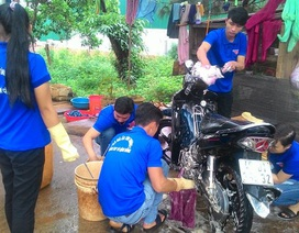 Thanh niên xã rủ nhau rửa xe làm từ thiện