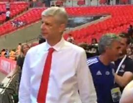 Wenger hai lần từ chối bắt tay, khiến Mourinho bẽ mặt