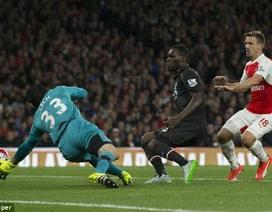 Ngỡ ngàng trước pha cản phá xuất thần của Petr Cech