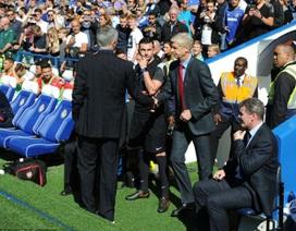 Mourinho chủ động bắt tay, Wenger lạnh lùng