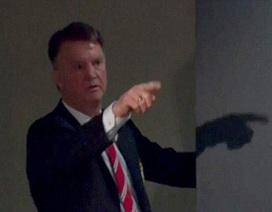 Van Gaal nổi giận, chỉ thẳng mặt xúc phạm phóng viên