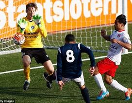 Van der Sar tỏa sáng rực rỡ trong ngày tái xuất sân cỏ