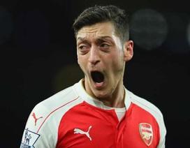 Mesut Ozil tiếp tục làm HLV Wenger nổi điên