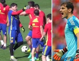 Iker Casillas tát Pique trong buổi tập