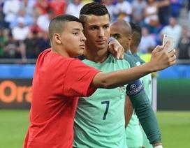 CĐV may mắn được ôm C.Ronaldo, chụp ảnh với đội Bồ Đào Nha