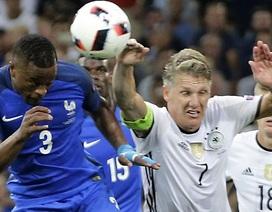 Cận cảnh pha bóng chạm tay vô duyên của Schweinsteiger