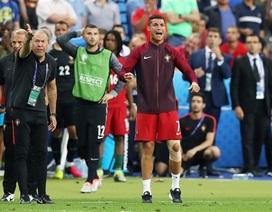 """C.Ronaldo đi """"cà nhắc"""", chỉ đạo đồng đội đầy máu lửa"""