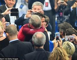 C.Ronaldo ôm chặt Sir Alex Ferguson sau khi nhận cúp vô địch
