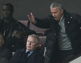 Bị đuổi lên khán đài, Mourinho giận dữ bỏ họp báo