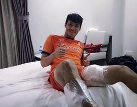 """Công Vinh """"khoe""""... đôi chân chườm đá vì bị Malaysia chơi xấu"""