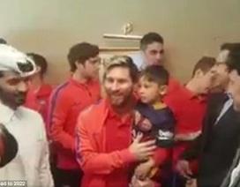 Cổ động viên đặc biệt được Messi bế ngay trên sân