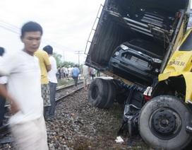 Chết máy giữa đường ray, xe container bị tàu hỏa hất văng