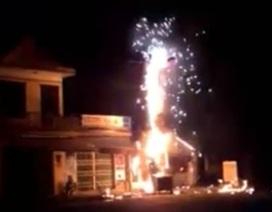 """Trụ điện cháy nổ như """"pháo hoa"""", dân chạy tán loạn"""