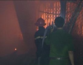 Cháy rụi gần 100 gian hàng trong đêm mưa
