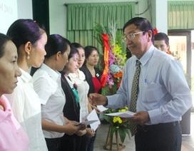 Trao 30 suất quà cho giáo viên có hoàn cảnh khó khăn tại Huế