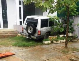 Ô tô bất ngờ lao lên lề đâm đổ tường rào nhà dân