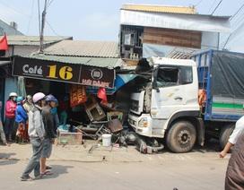 Tai nạn liên hoàn, người dân phá cửa xe cứu tài xế