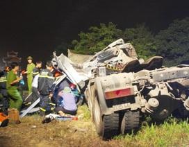 Xe tải lao qua thành cầu, tài xế tử vong trong chiếc xe bẹp rúm