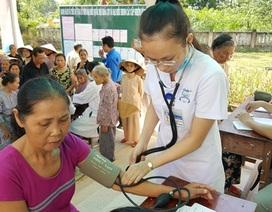 Khám bệnh, cấp thuốc miễn phí cho 1.000 người già bệnh tật, trẻ em vùng sâu