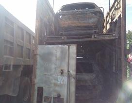 3 ô tô mới coóng cháy rụi trong thùng container