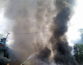 Cháy lớn cơ sở phế liệu, cột khói bốc cao hàng chục mét