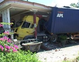 """Xe container """"rúc"""" vào nhà dân, cả gia đình may mắn thoát chết"""