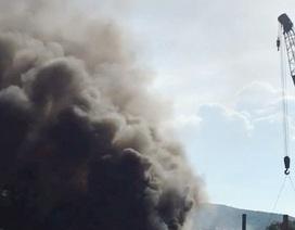 Xe tải va chạm liên hoàn với 2 xe container bốc cháy dữ dội trên Quốc lộ 1A