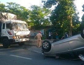 Ô tô bị hất tung, nữ tài xế may mắn thoát chết