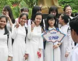 Học sinh Quốc học Huế háo hức mời thầy cô chụp ảnh lưu niệm ngày khai trường