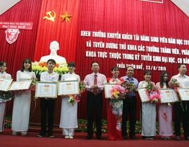 Khen thưởng 15 thủ khoa Đại học Huế 2016