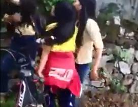 Cảnh cáo nữ sinh đánh bạn tới tấp ở giữa đường