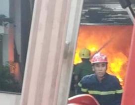 Quán cà phê bốc cháy dữ dội, khói đen một vùng sông Hương