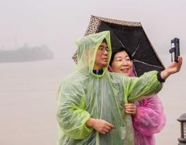 """Khách Tây """"đội mưa, lội nước"""" khám phá cố đô Huế"""