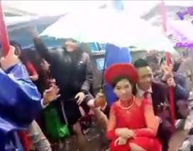 Đám cưới rước dâu bằng đò vui tưng bừng trong ngày mưa lũ