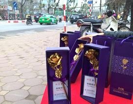 """Quà tặng 8/3: Bông hồng """"vàng 24K"""" siêu rẻ đổ bộ vỉa hè Hà Nội"""