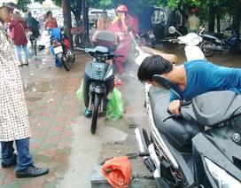 Hà Nội ngập lụt: Thợ sửa xe hốt tiền triệu chỉ trong buổi sáng