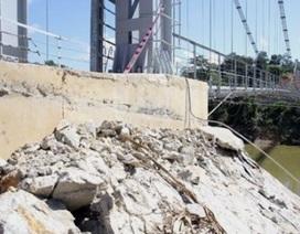 Cầu treo hơn 6 tỷ đồng vừa xây xong đã sạt lở vì mưa lũ