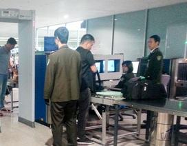 Nhân viên vệ sinh sân bay nhặt được điện thoại liền... bỏ túi!