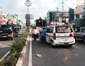 Xe cứu thương bị húc, trượt hàng chục mét trên đường
