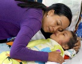 """Vụ giải cứu bé gái dưới lòng đất: 10 tiếng """"sống mà như chết"""" của người mẹ"""
